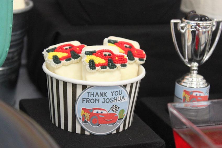 Leckere Marshmallows werden mit Zuckerdekor verziert zu tollen Hinguckern.