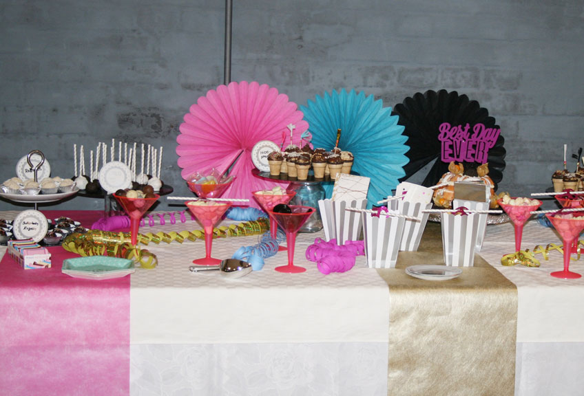 Der Sweet Table im Disco-Look kommt farbenfroh daher.