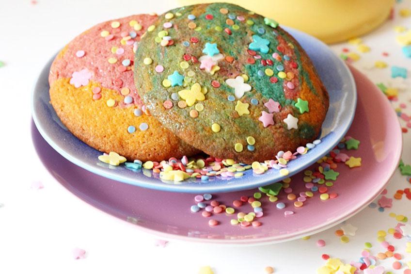 Regenbogenfarbene Süßigkeiten sind perfekt für den Einhorngeburtstag © Mareike Winter - Biskuitwerkstatt
