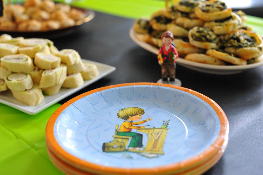 Geschirr mit Schulmotiven ist ein toller Blickfang zur Einschulungsparty