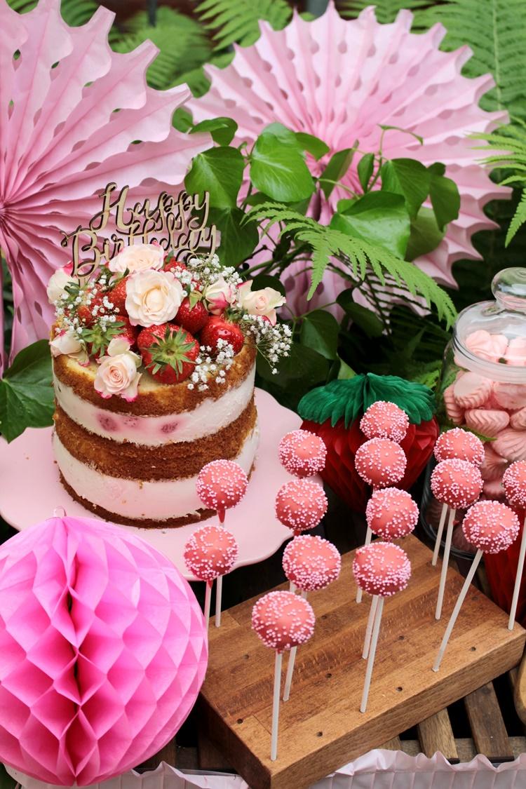 Die volle Dosis Erdbeeren - toller Naked Cake mit Erdbeeren für den sommerlichen Sweet Table zum Geburtstag