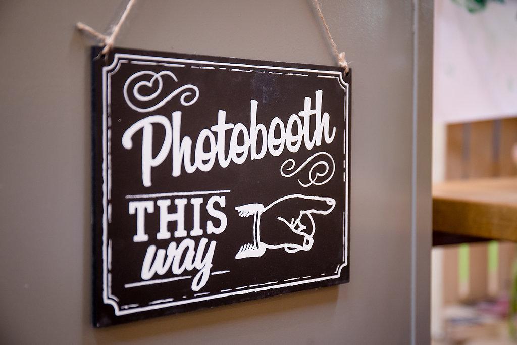 Die schöne Kreidetafel im Vintage-Look zeigt, wo es zur Fotokabine geht