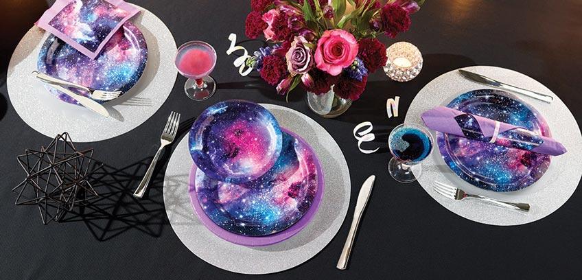 Die Galaxy-Party-Deko ist mit ihren unzähligen Sternen ein faszinierender Blickfang