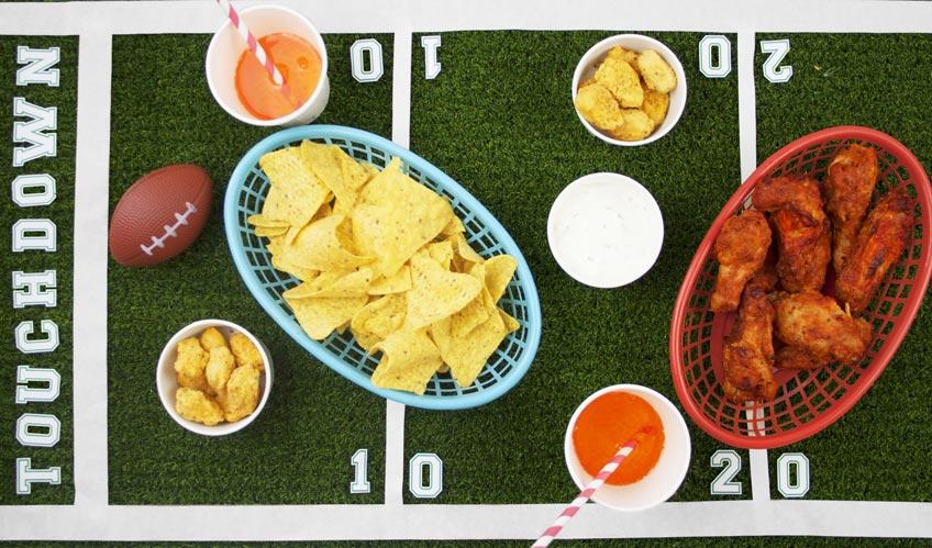 Mit Grasläufer oder passender Tischdecke kannst du ein cooles Super Bowl Spielfeld basteln