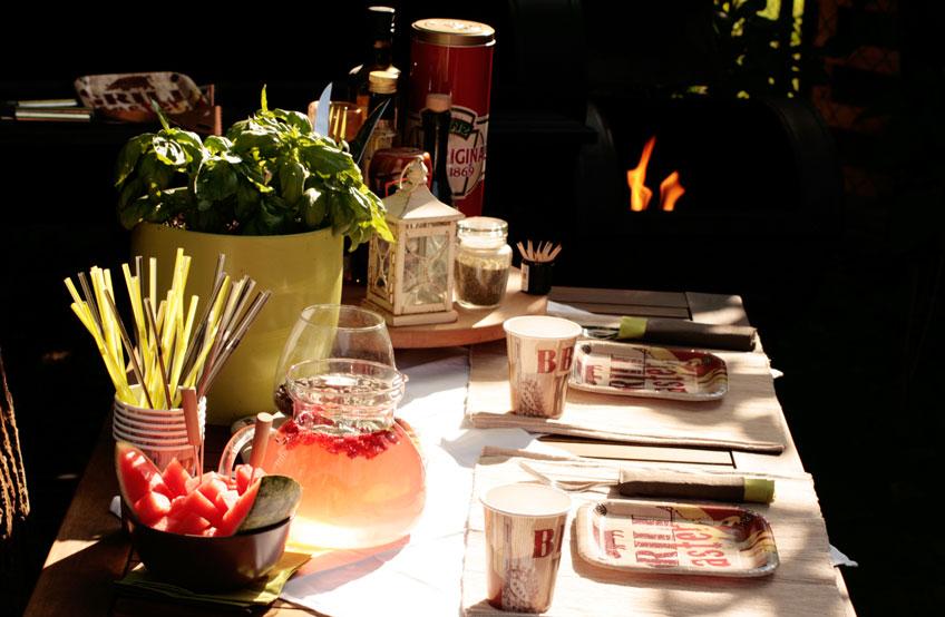 Perfekt vorbereitet für die Grillparty mit schöner Deko und sommerlichen Ideen