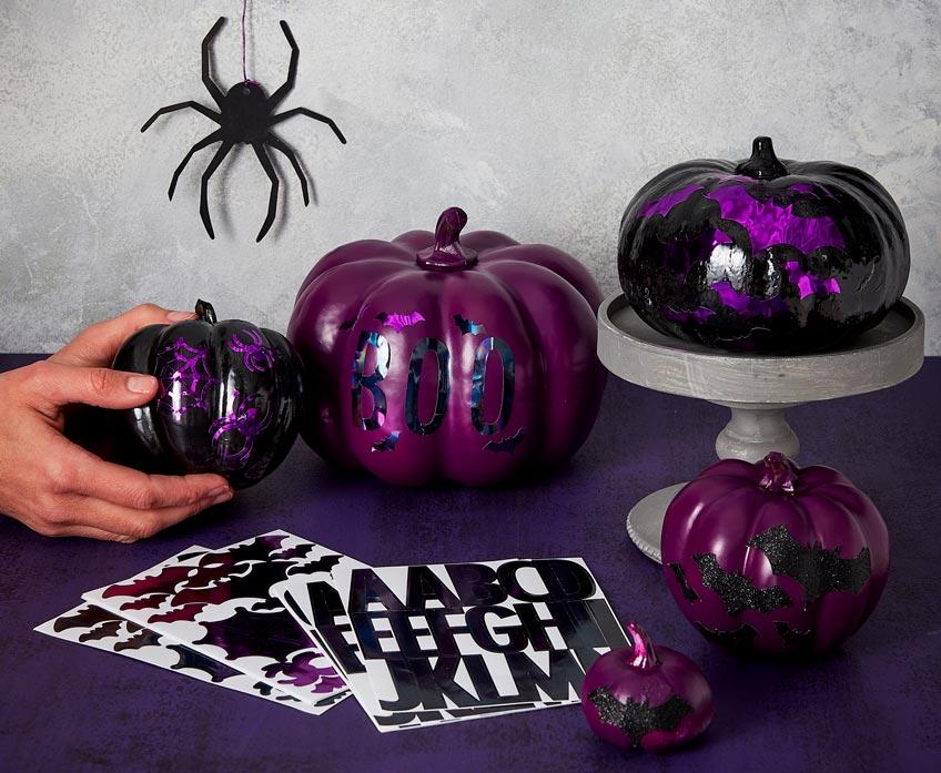 Schmücke deine Halloween-Party mit verzierten Deko-Kürbissen
