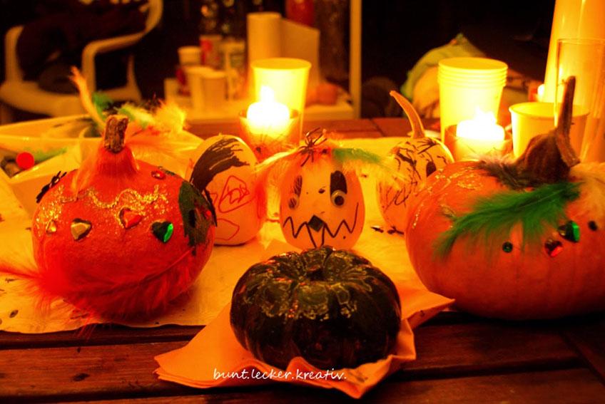 Auch bemalte und beklebte Kürbisse geben draußen eine stimmige Halloween-Deko ab (c) bunt.lecker.kreativ