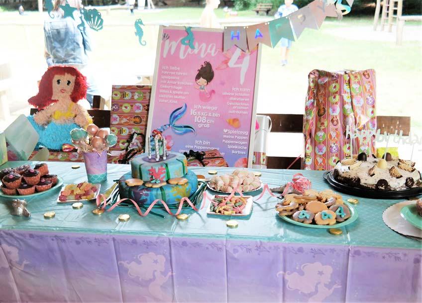 Die Kids freuen sich zur Mermaid-Party über einen Sweet Table im Meeres-Look (c) lamiaswelt