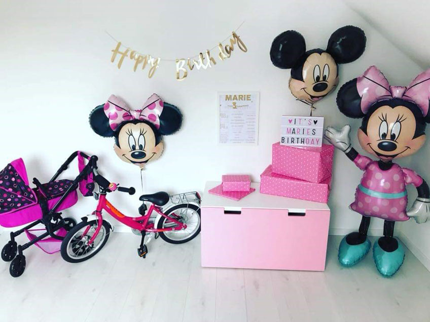 Feier einen Mottogeburtstag mit Mickey & Minnie und bunter Deko (c) caro_und_reisemaus