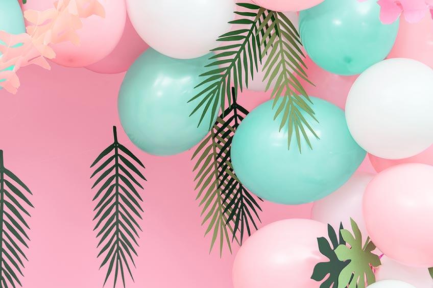 Dekorier deine Palmenparty mit Palmenblättern und kombiniere mit deiner Lieblingsfarbe