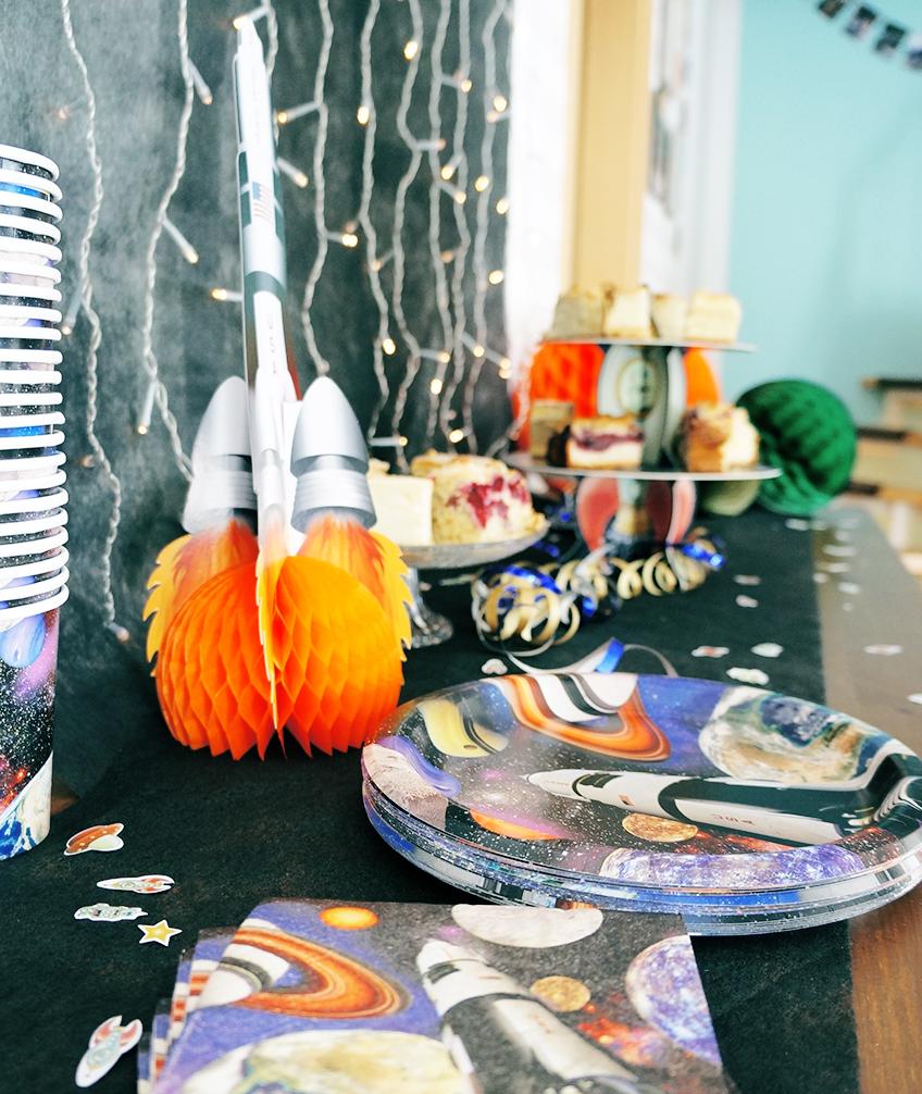 Dieses kosmische Partygeschirr mit Weltraum-Motiven ist der Hit auf der Astronauten-Party