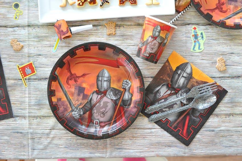 Deko und Pappgeschirr für kleine Ritter