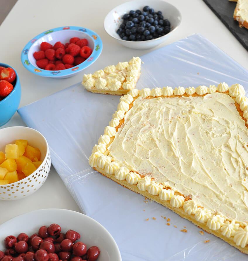 Buttercreme als Untergrund für den Obstbelag auf der Schultüten-Torte