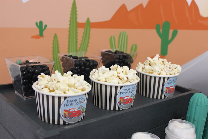 """Kleine Süßigkeiten und Popcorn sind tolle Ideen für den Sweet Table auf dem """"Cars"""" Kindergeburtstag."""