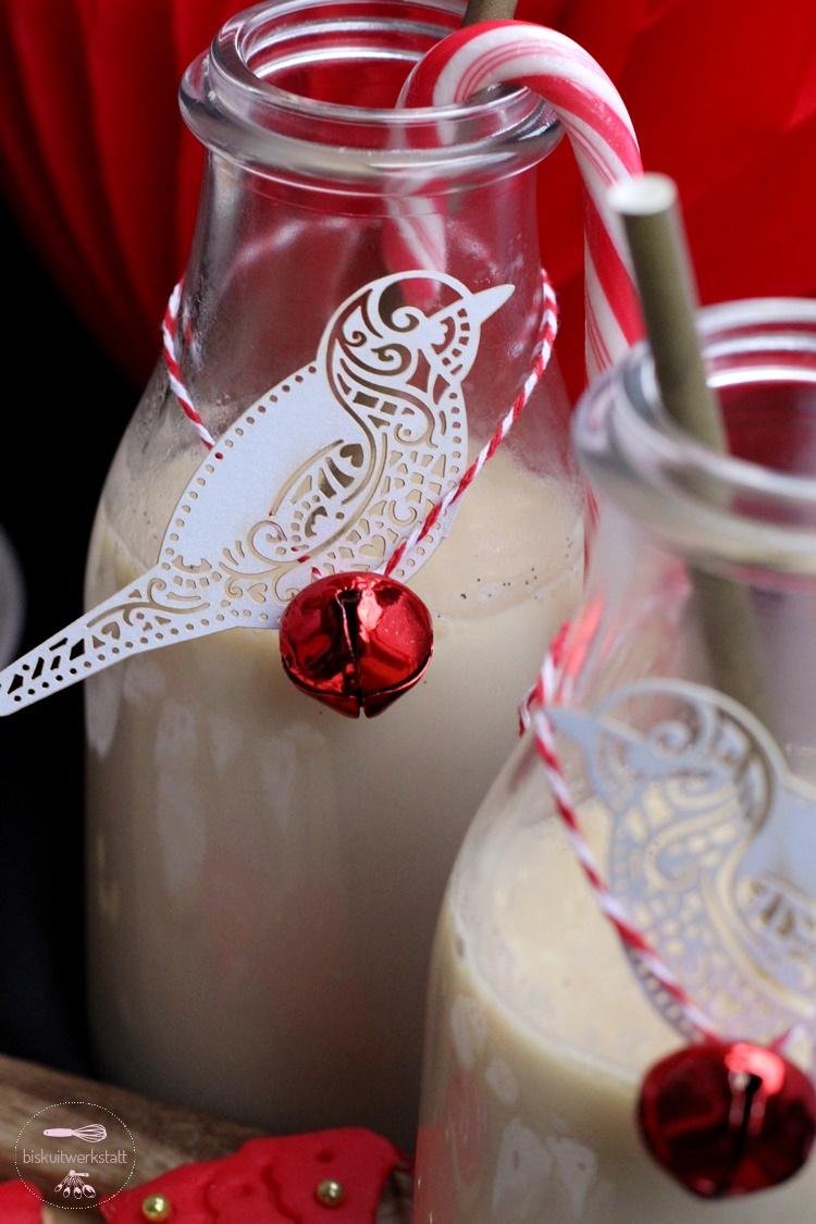 Weihnachtliche Mandelmilch mit rot-weißer Deko