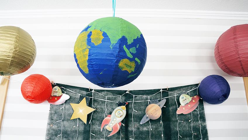 Vom Weltraum aus kann man die Erde sehen - und sie ist sogar selbstgebastelt. Es braucht nur Farbe und einen Lampinion