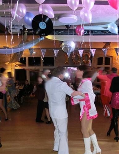 Eine Tanzparty im Stil der 70er Jahre