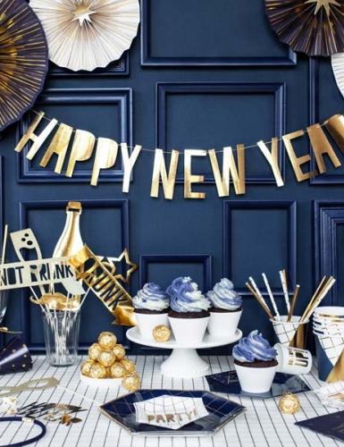 Stylishe Silvesterdeko in Navy Blue, Gold und Weiß für eine Party mit Freunden