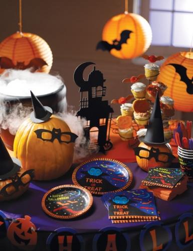 Selbstgebastelte Halloween-Deko aus schwarzer Pappe gemacht