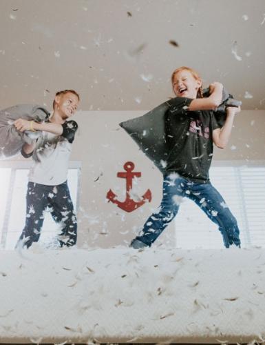 Hausparty mit Kissenschlacht - Ideen für Alltags-Highlights (c) Allen Taylor on Unsplash