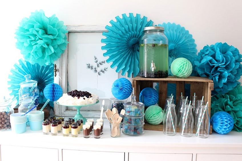 Papierfächer, Pom Poms und Wabenbälle zaubern wunderschöne Effekte auf euren Sweet Table.
