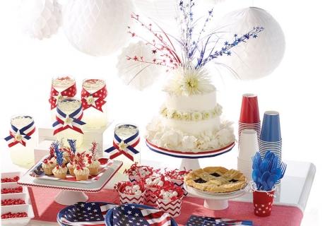 Die Partydeko mit Stars und Stripes verbreitet amerikanisches Feeling