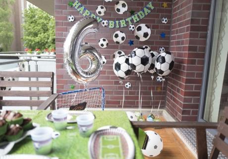Girlanden, Luftballons und Partygeschirr - hier ist alles dem Motto Fußball treu © juliaweisshome