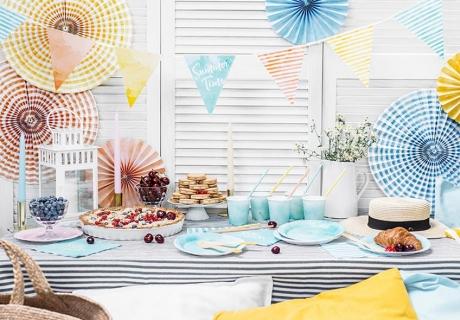 Papierfächer und Girlanden in Sommerfarben machen deinen Balkon zur Partylocation
