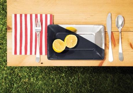 Bring mit schönem Tischgedeck Sommerflair auf deine Balkonparty