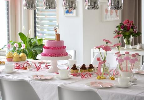 Der Sweet Table zum Ballerina-Geburtstag mit Mashmallow-Ballerinen im rosa Tutu, Ballerina-Torte und viel rosa Deko. Foto: Fräulein Kuchenzauber