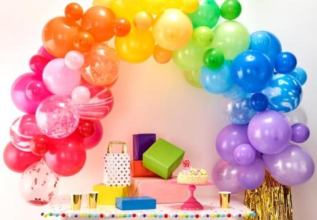 Ballongirlanden mit bunten Ballons sind perfekt für Karneval