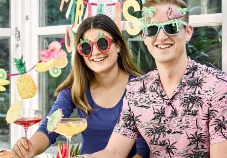 Deine Cocktailparty soll bunt und exotisch werden? Dekoriere bunt und mit passenden Motiven