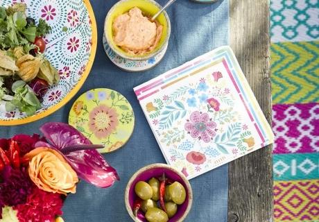 Florale Muster und kräftige Farben kommen super sommerlich auf der Cocktailparty
