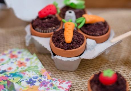 Wie wäre es zu Ostern mit Cupcakes, die aussehen wie kleine Blumentöpfe mit Zuckergewächsen?