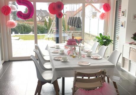So könnte euer Geburtstagstisch zur Ballerina-Party aussehen - tolle Deko in Rosa und Pink und Kuchen mit Tutu. Foto: Fräulein Kuchenzauber