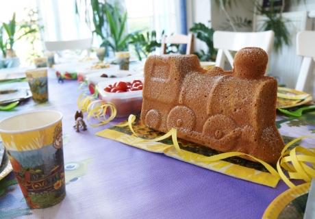 Der Kuchen in Form einer Lok passt prima zur Dino-Zug-Party