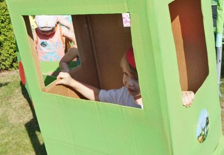 Glückliches Geburtstagskind als Lokführer in der selbstgebastelten Lok