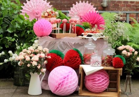 Fruchtig und knallig - der Erdbeer-Sweet-Table kommt toll im Frühling und Sommer