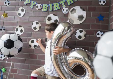 Mit Folienballon, Fußball, toller Deko und Tor ist der kleine Champion zum sechsten Geburtstag gut ausgerüstet © mamigurumi.de