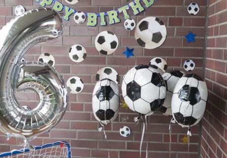 Fußball-Gastgeschenkboxen an Heliumballons für eure Mannschaft - denn heute gibt es nur Gewinner auf der Fußballparty © mamigurumi.de