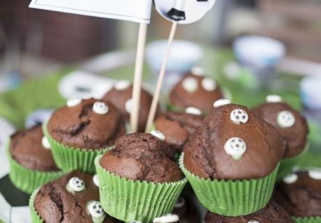 Fußballfans wird mit diesen Muffins mit kleinen Fußbällen der Tag versüßt © mamigurumi.de