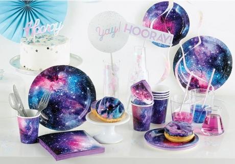Feier eine futuristische Space Party mit Galaxy Deko und schillernden Elementen