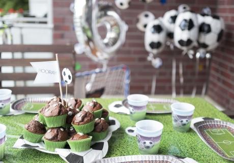 Mit grüner Tischdecke, mächtig viel Fußball-Deko und passenden Muffins besticht diese fußballstarke Geburtstagsdeko © mamigurumi.de
