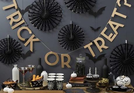 Auch bei Halloween-Deko ist Schwarz der Klassiker - besonders toll sind goldene Akzente dazu