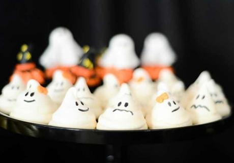Geister-Baiser als Rezeptidee für Halloween mit Kindern