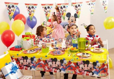 Decke den Geburtstagstisch mit toller Mottodeko und Essen und Trinken zum Thema