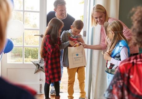 Mottofeier zum Kindergeburtstag mit Geschenken & Programm - was passt zu deinem Kind?