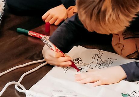 Kreative Kindergeburtstagsspiele wie Malspiele funktionieren auch in kleiner Runde