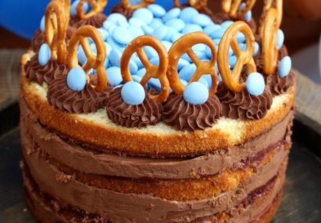 Leckerer Kuchen mit Brezel-Details auf dem Oktoberfest Sweet Table (c) Mareike Winter - Biskuitwerkstatt