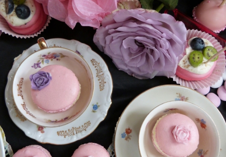 Süßes für die Tea Party - Macarons in zartem Rosa mit Blumendekor